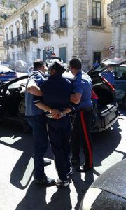 1432287263-1-incendia-auto-carabinieri-in-pieno-giorno-arrestato[1]
