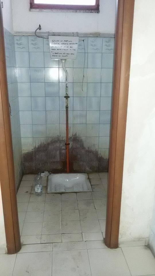 Bagni pubblici la denuncia di un cittadino a s croce - Porte per bagni pubblici ...