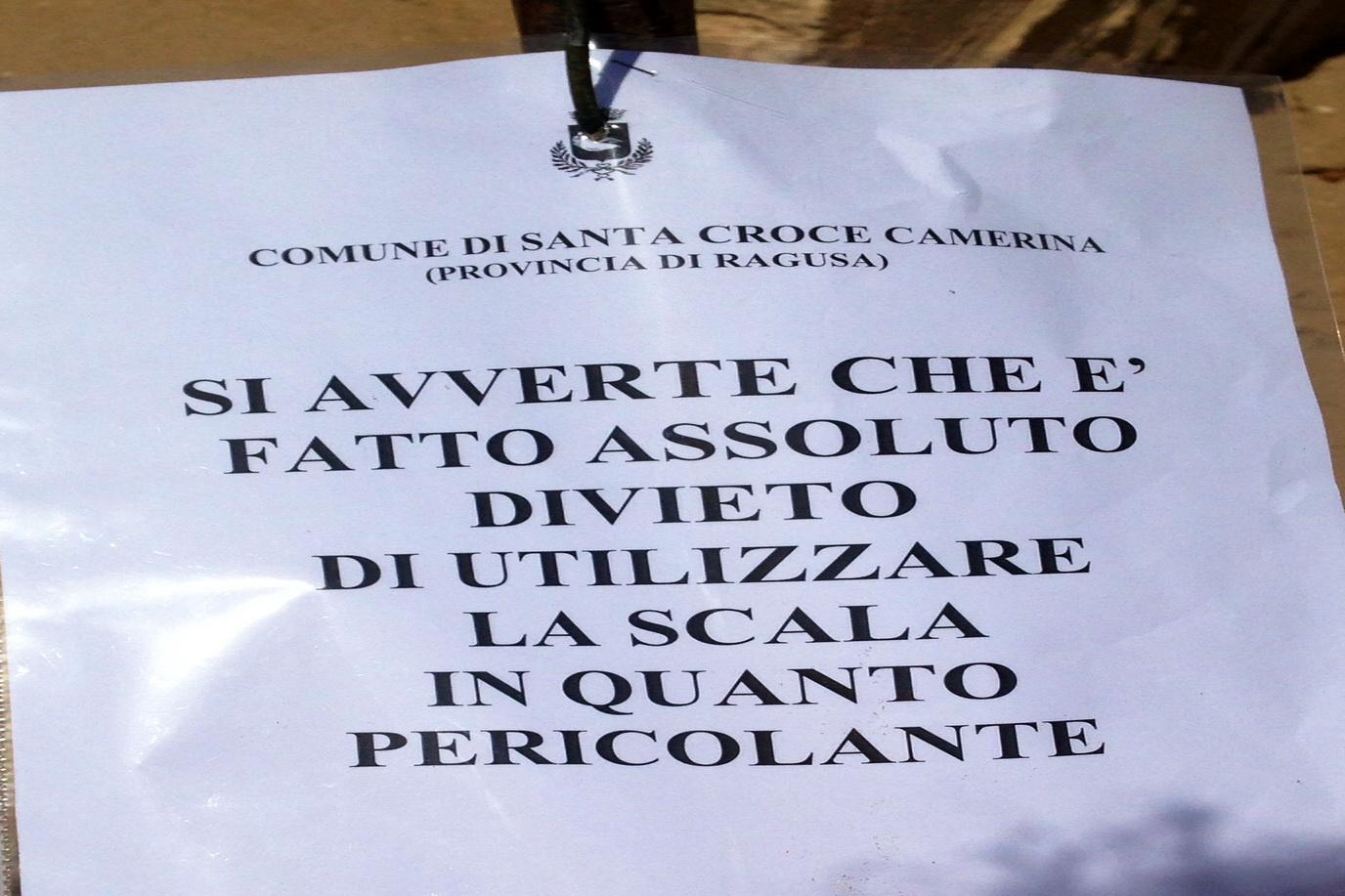 Caucana, spunta il divieto per l'utilizzo di una scala pericolante: i villeggianti si arrabbiano