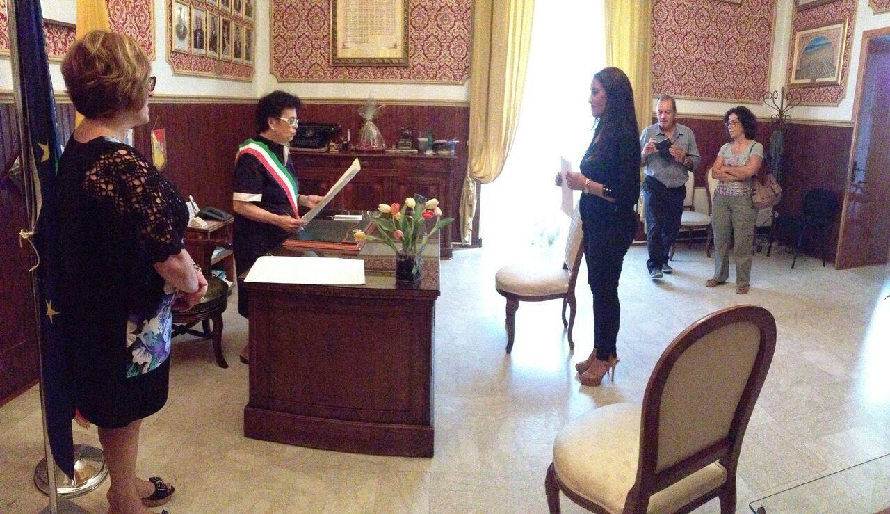 Dopo vent'anni, la signora Samia Chaaraoui ottiene la cittadinanza italiana: cerimonia dal sindaco