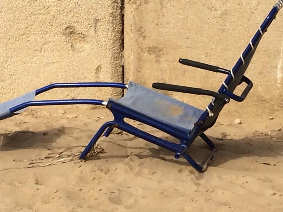 """Sulla spiaggia di Punta Secca """"riappare"""" la sedia Job. Denuncia del Circolo Meridiana: ma è davvero lei?"""