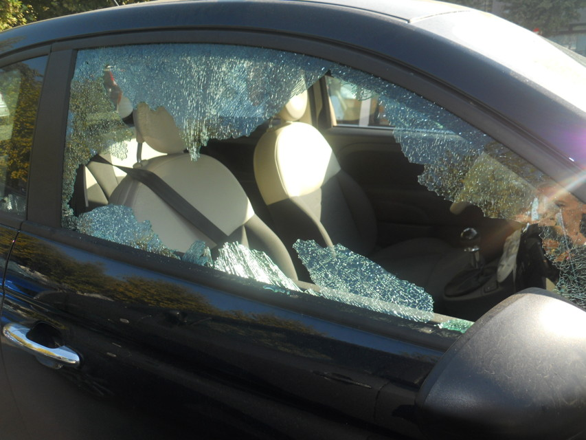 Le spaccano il finestrino dell'auto mentre porta le figlie in chiesa: riesplode l'emergenza sicurezza