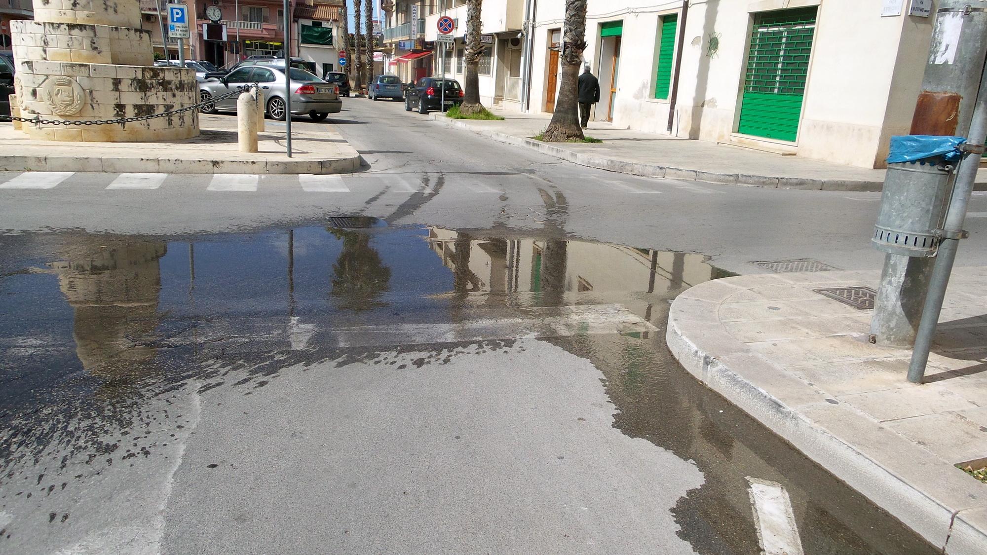 Perdita d'acqua fra via Rinzivillo e piazza Celestri: disagi alla circolazione