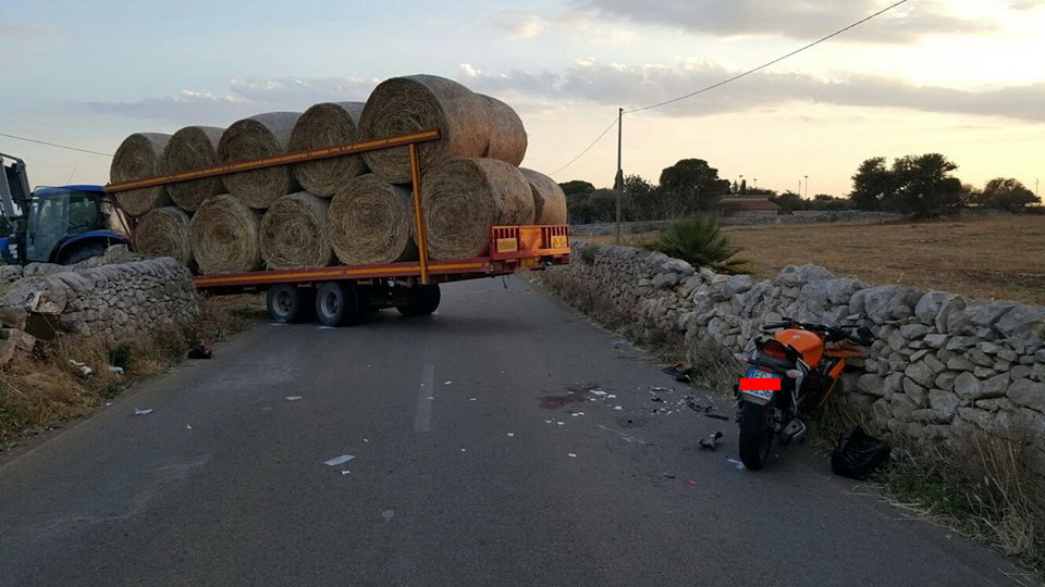 Brutto incidente sulla strada di Malavita: moto si schianta su un trattore
