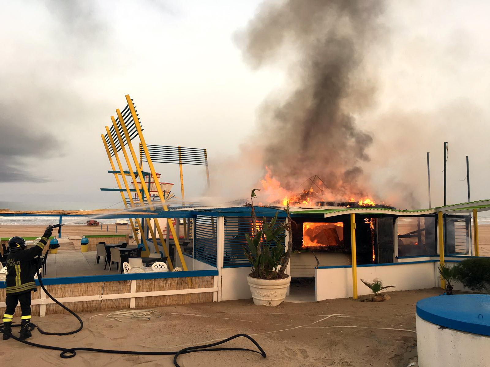 """Scoglitti – Incendio al lido chalet """"The beach"""": distrutta la struttura di legno, cause tutte da accertare"""