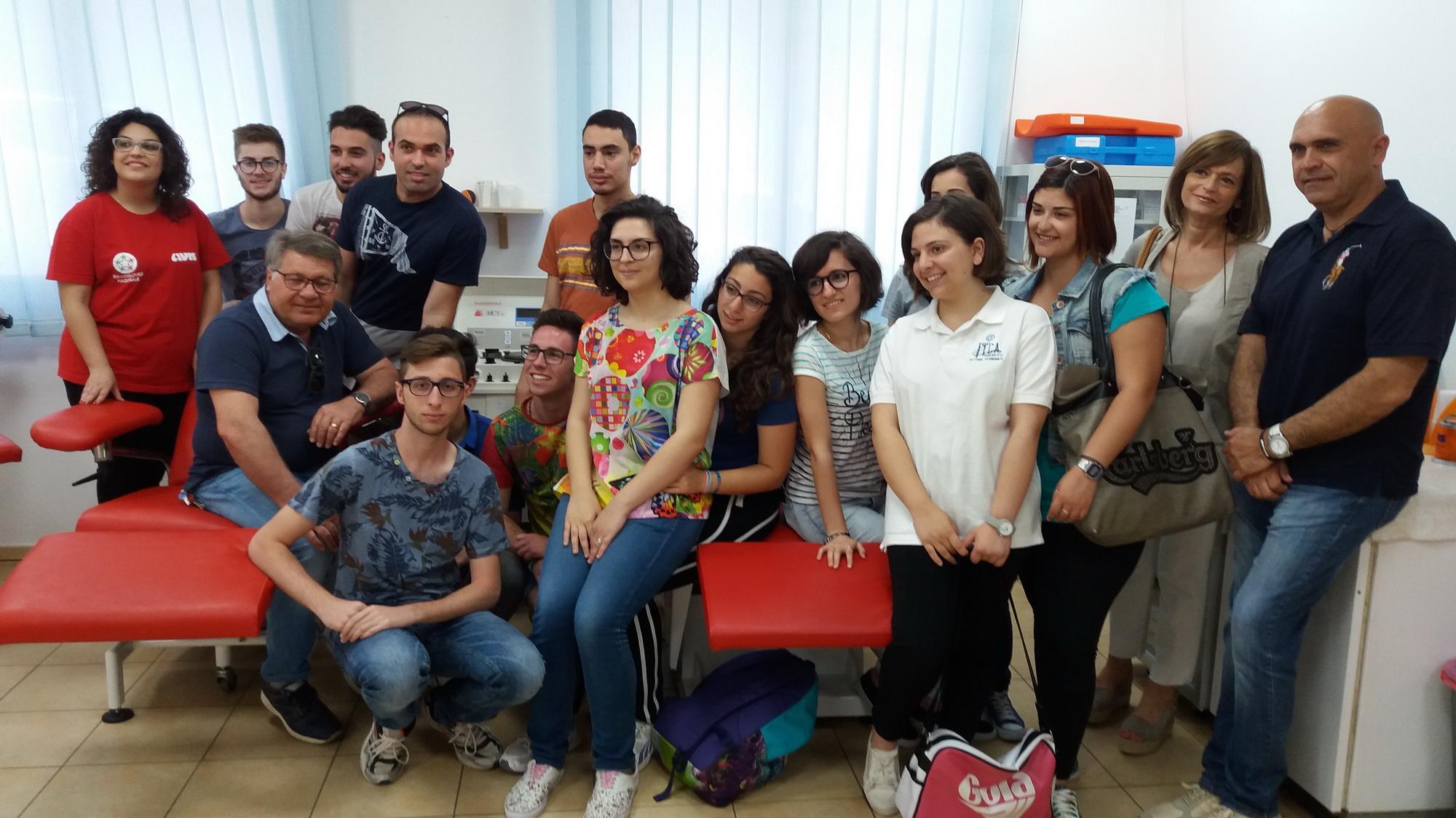 Studenti del Fabio Besta in visita alla sede Avis prima di andare in vacanza