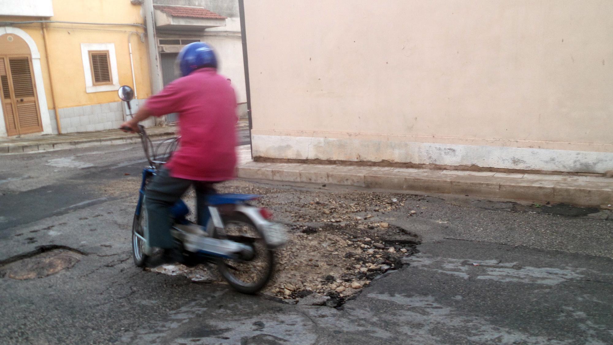 Emergenza in via Castel Sant'Elena: buca enorme dopo la pioggia FOTO