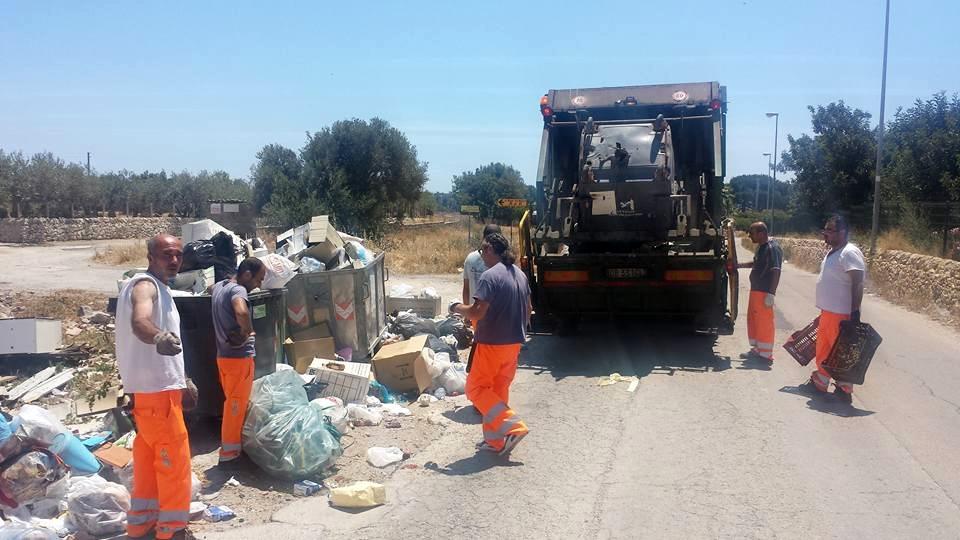 Casuzze trasformata in discarica: mobili e cisterne sul ciglio della strada