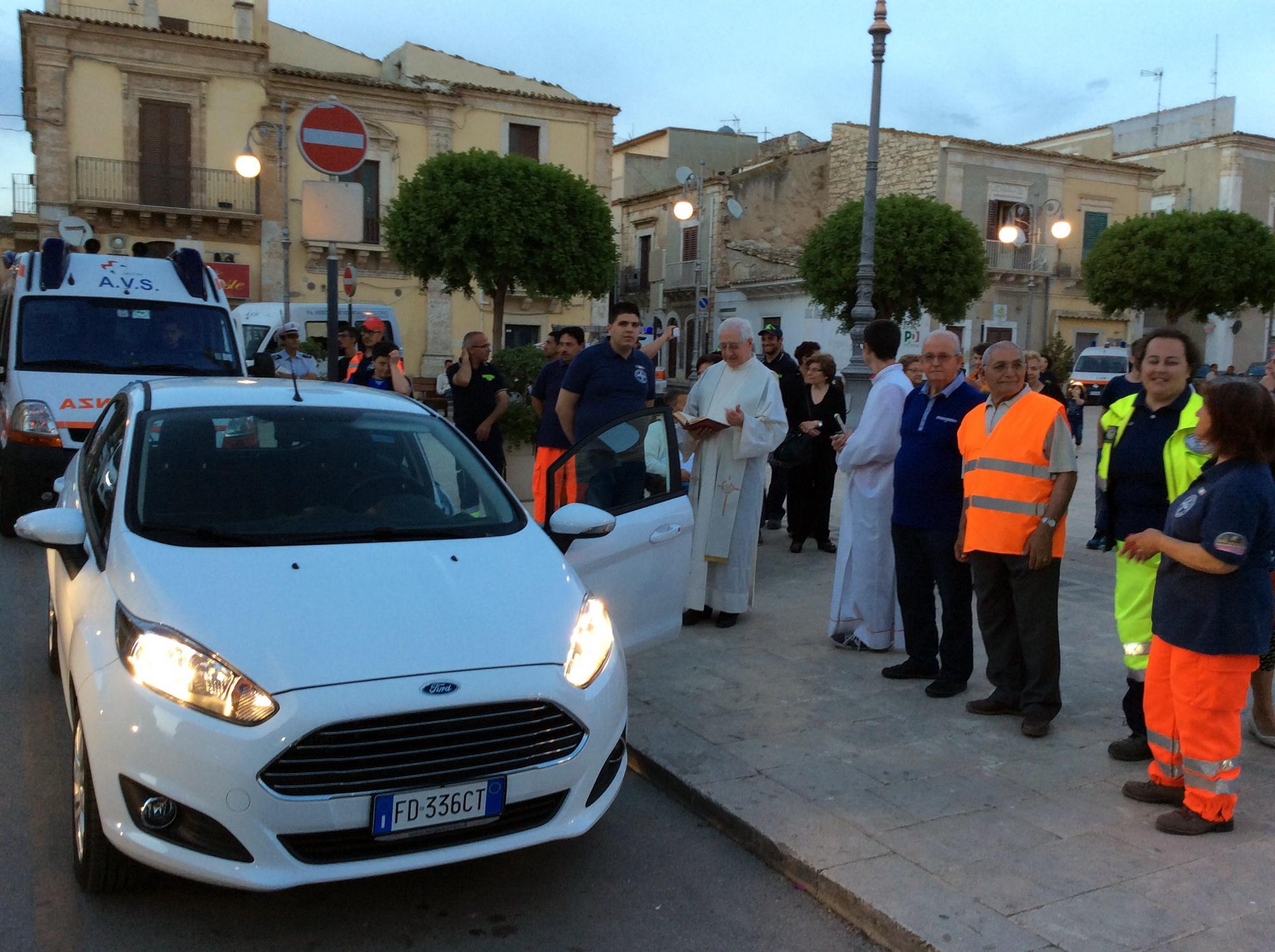 L'Avs compra un'auto per la cittadinanza: il mezzo benedetto dal parroco