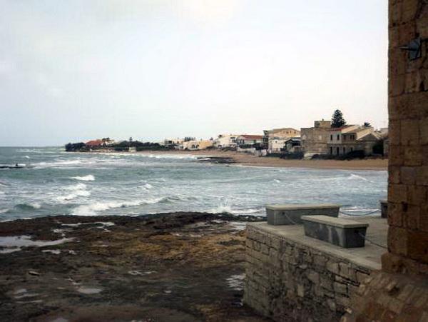 Dei turisti rischiano di annegare a Punta Secca: salvati da tre ex bagnini