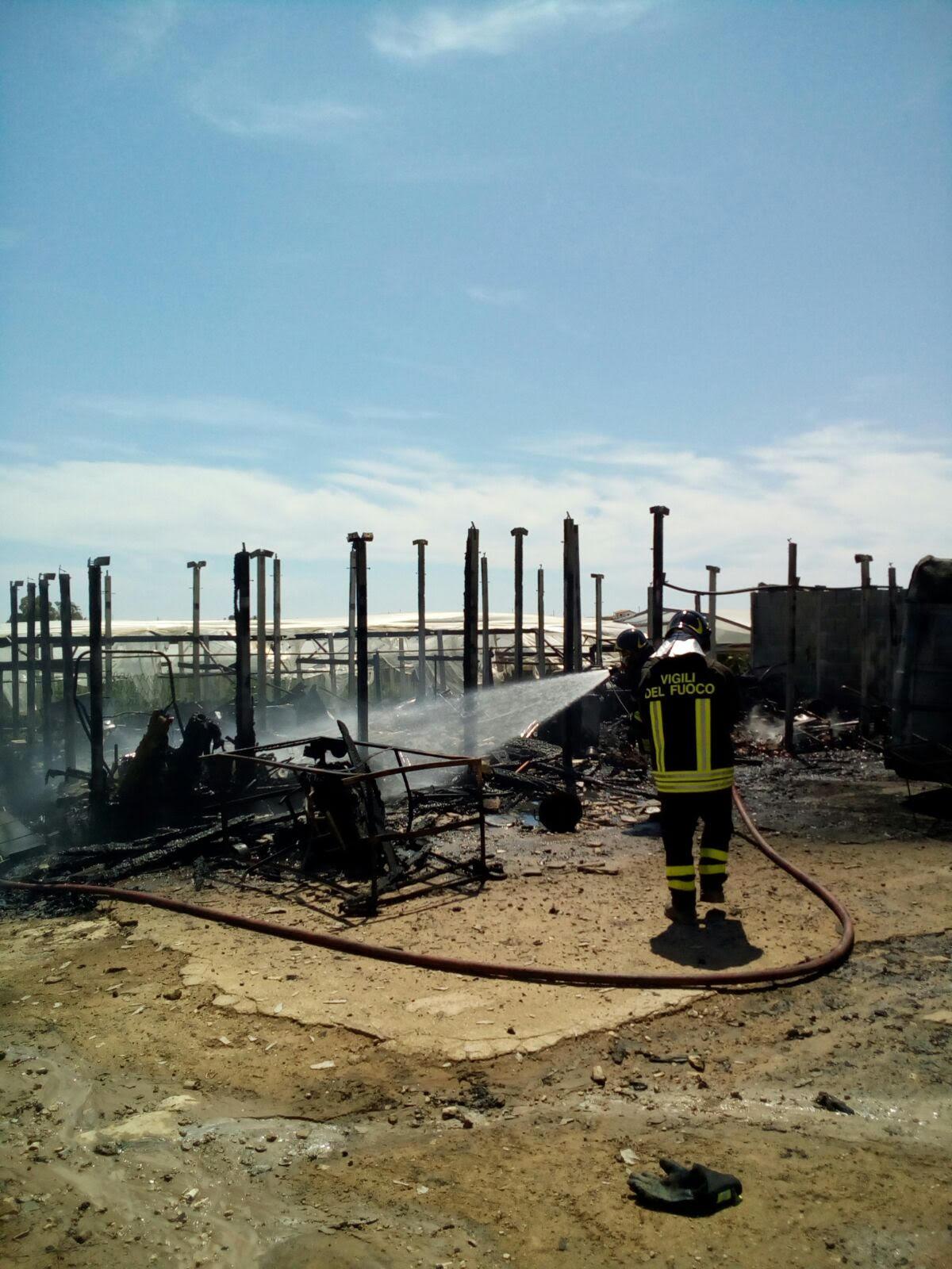 Capannone in fiamme sulla S.Croce-Scoglitti: danneggiate anche le serre