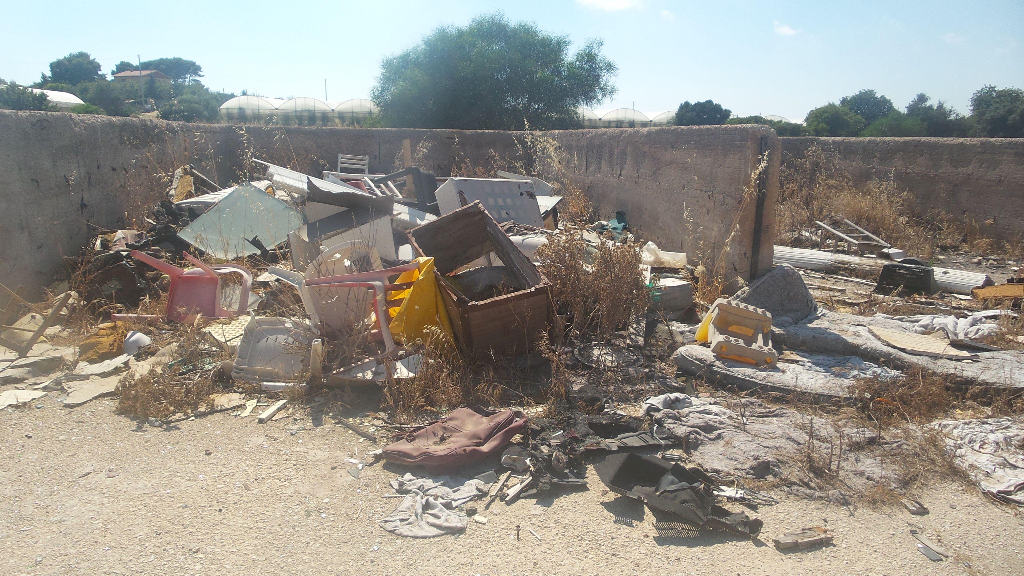 Quintali di rifiuti ingombranti nell'ex discarica: scempio sulla S.Croce-Marina