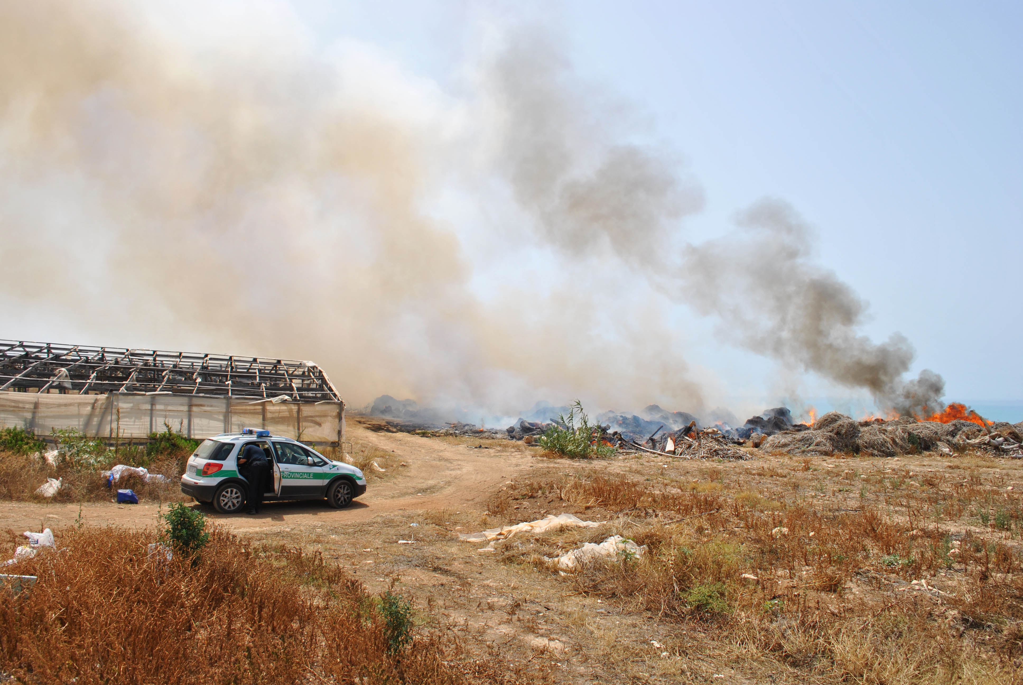 "Bruciano i rifiuti lungo il litorale ""Macconi"": denunciati 15 produttori"