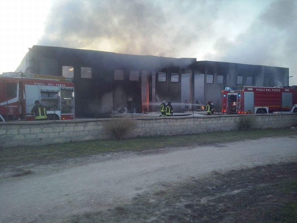 Notte di fuoco sulla Santa Croce-Scoglitti: in fiamme magazzino agricolo