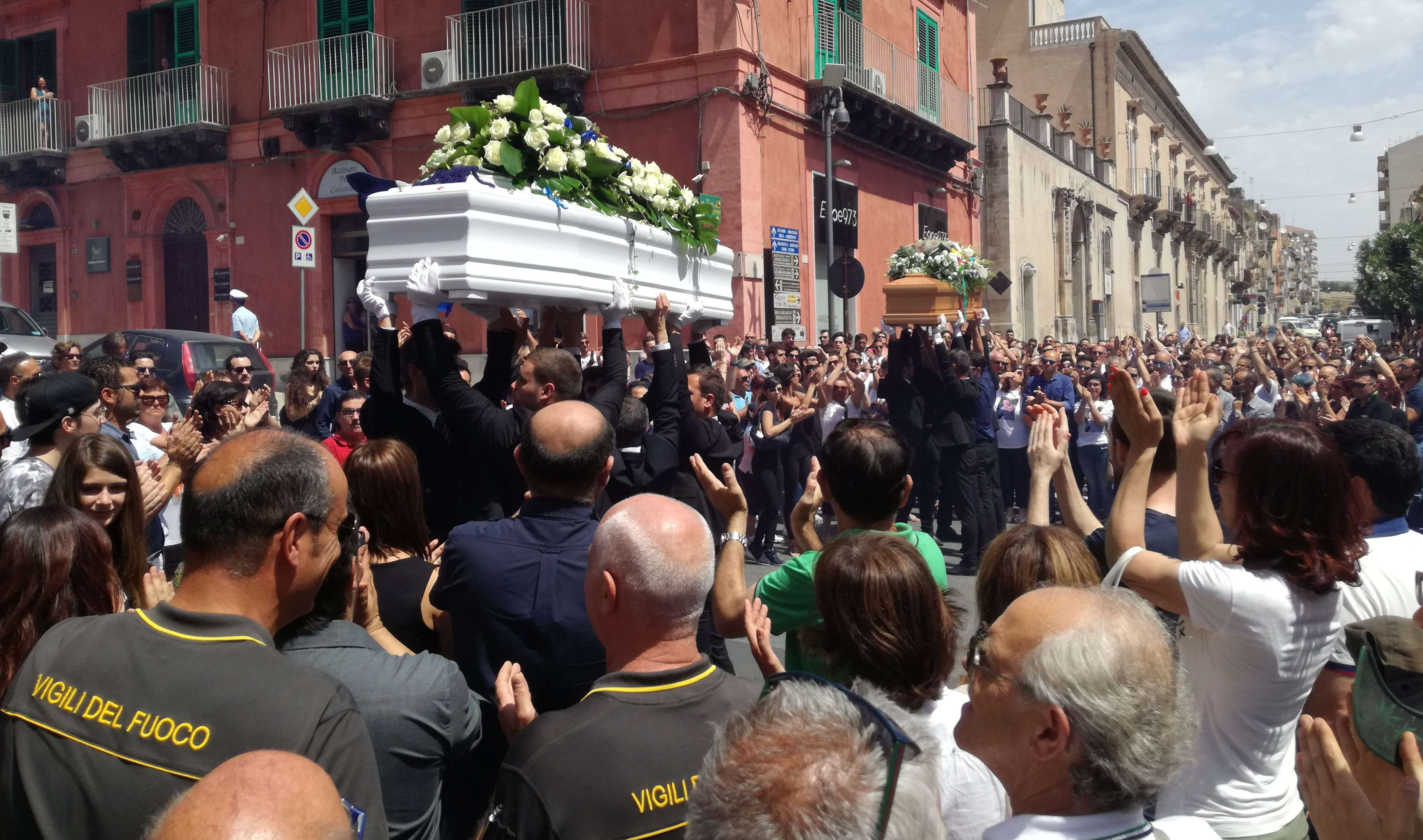 I funerali di Giorgio e Simone: cori, palloncini e un dolore straziante