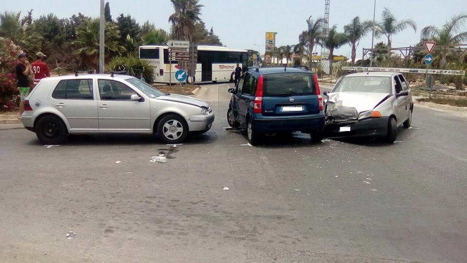 Incidente all'incrocio per Scoglitti: tre auto coinvolte e sette feriti lievi