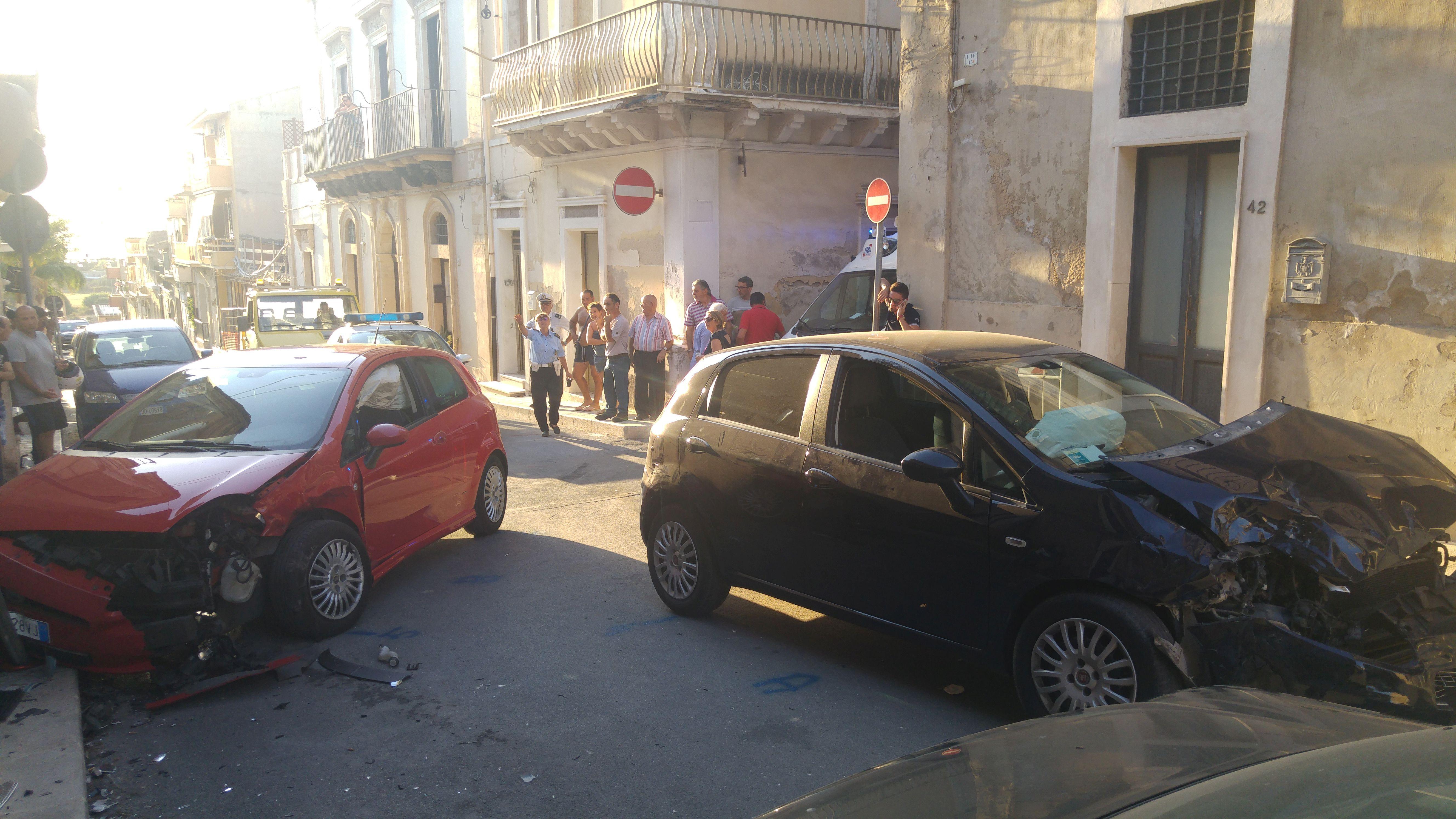 Incidente d'auto fra via dei Martiri e via Castel Sant'Elena: alcuni feriti