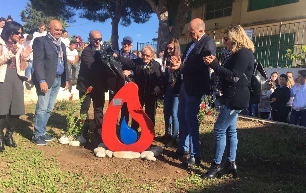 Scuola verde e solidale: due alberi di carrubo e una stele per i donatori Avis