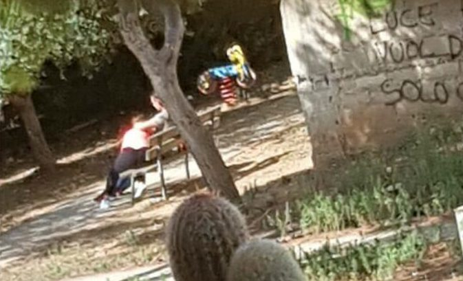 Sesso orale al parco giochi di via XXIV Maggio: ecco le foto dello scandalo