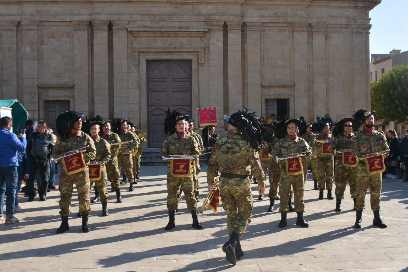 La ricostituzione ufficiale della Fanfara dei Bersaglieri: l'esibizione in piazza