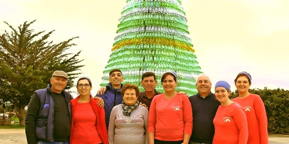 Dieci metri d'altezza e 4 mila bottiglie di plastica: l'Albero di Natale è green
