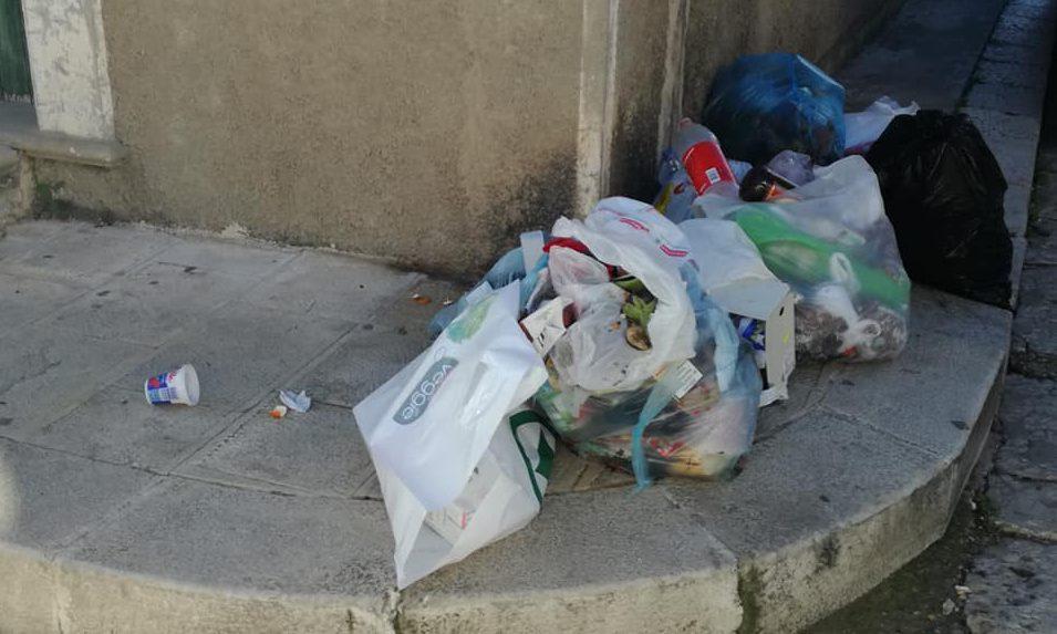 """Mini-discarica a 150 metri dal Municipio. Il sindaco si infuria: """"Tolleranza zero"""""""