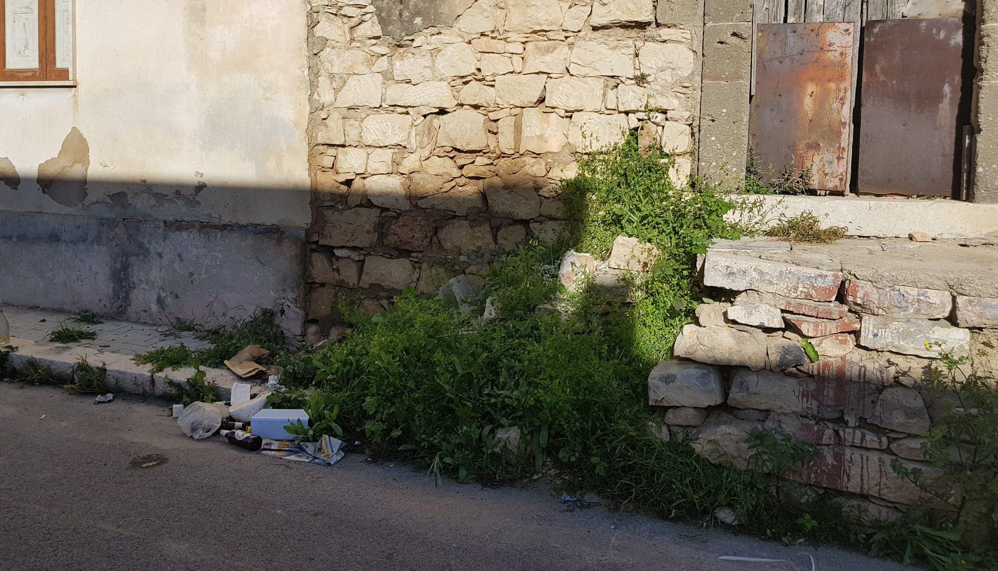 Ruderi abbandonati e case pericolanti: un colpo basso all'immagine del paese