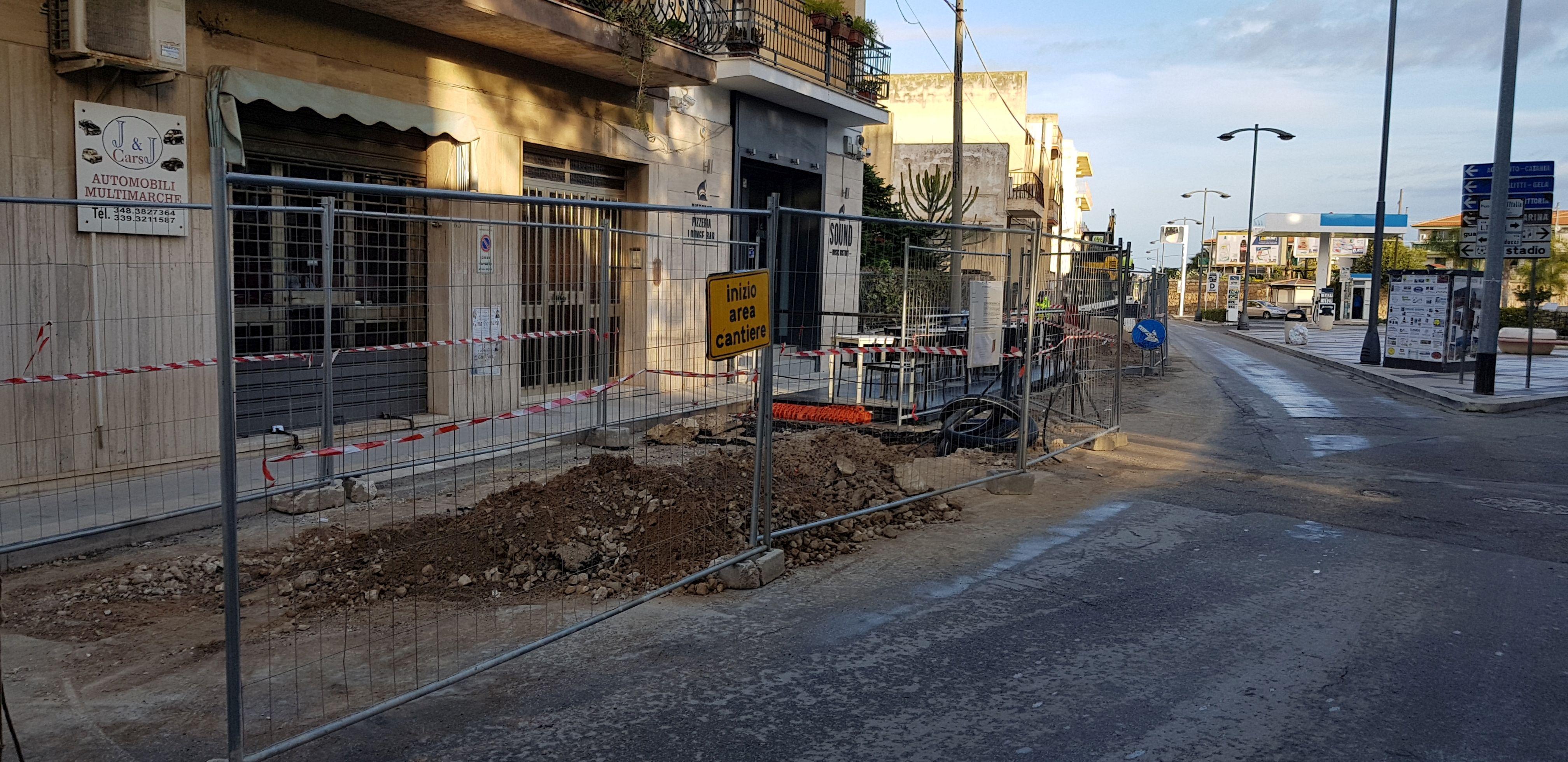 Il cantiere e gli scavi di fronte a scuola: disagio per automobilisti ed esercenti