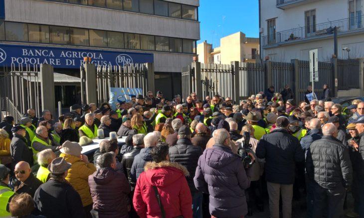 I gilet gialli a Ragusa: azioni invendute, protesta di fronte alla Banca Agricola