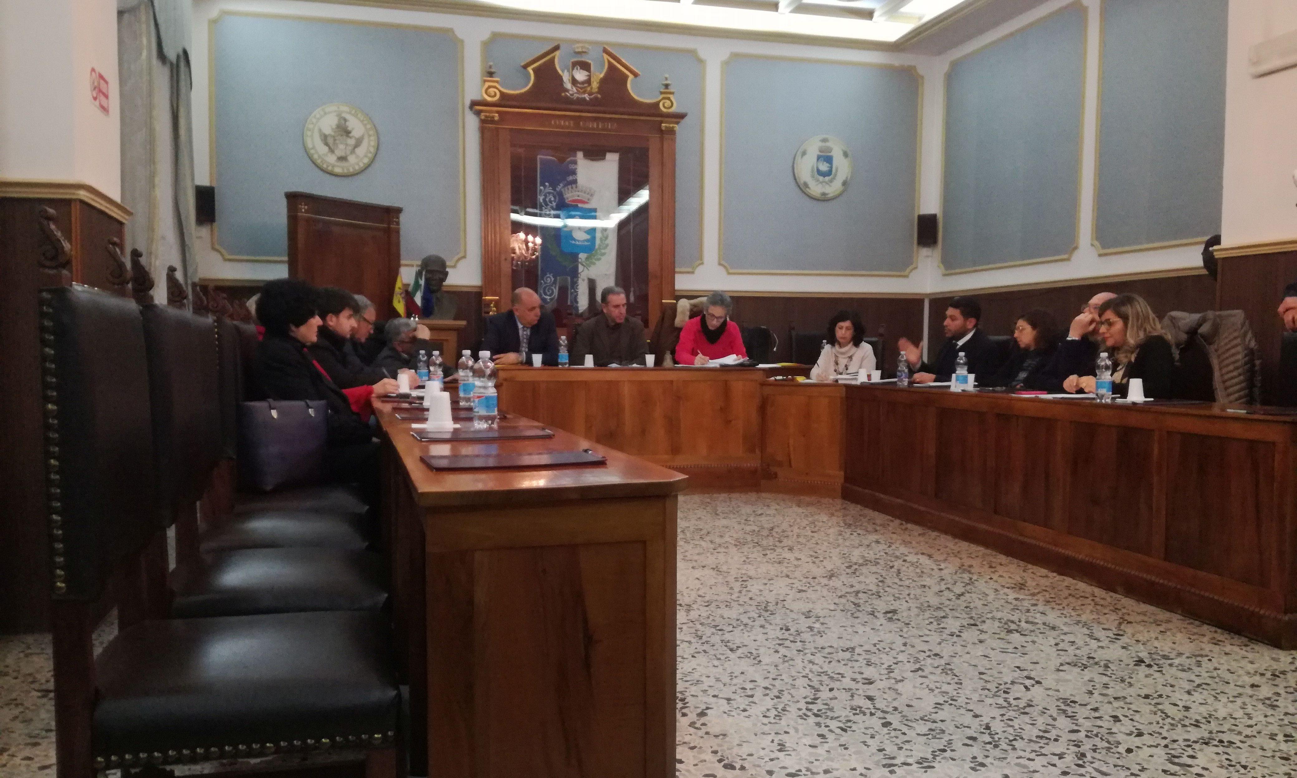 Il Consiglio si aggiorna, approvate le tariffe: Irpef aumenta tra le proteste