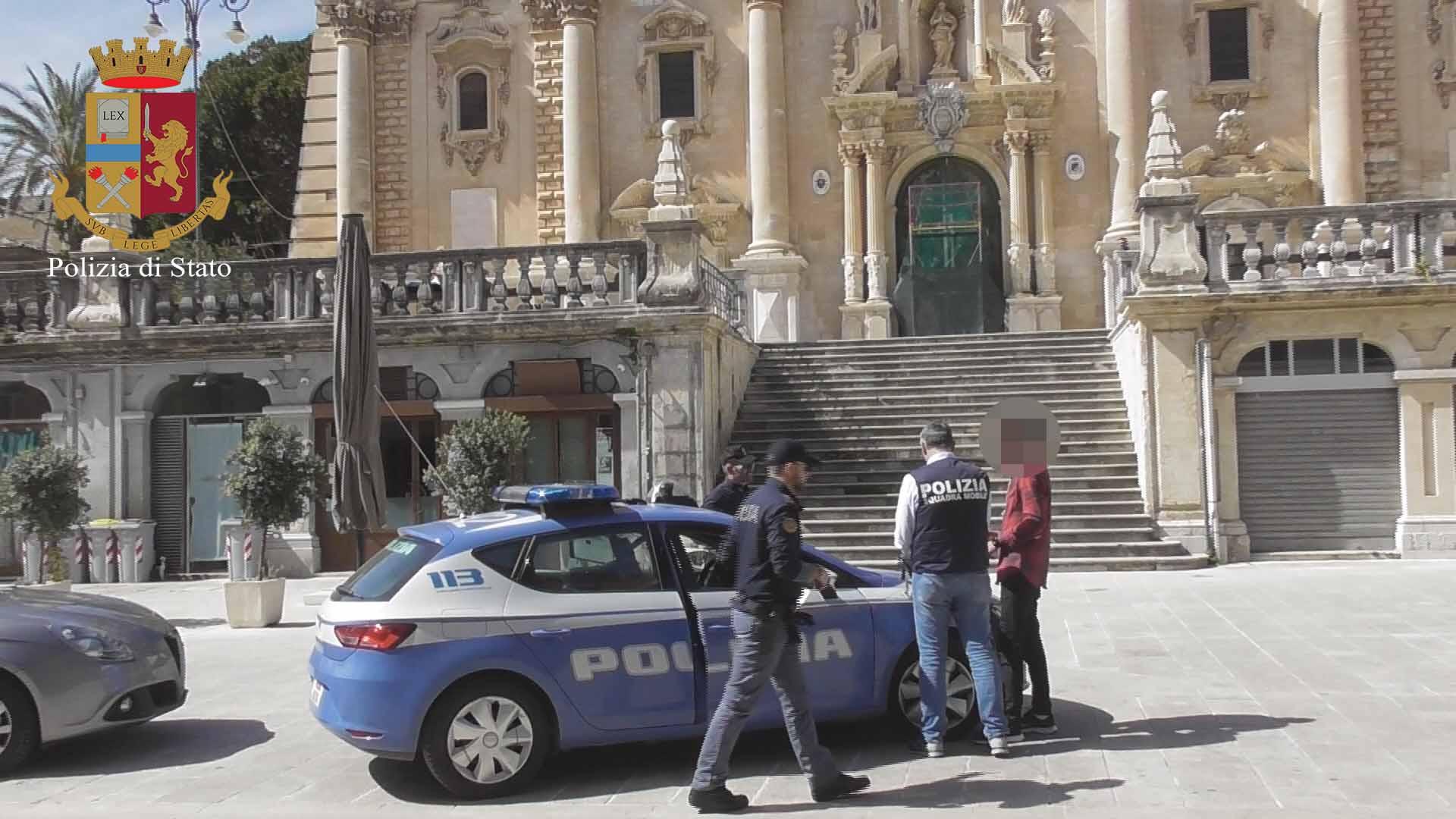 """Dal bullismo all'estorsione: 17enne seminava il panico tra i """"compagni"""""""