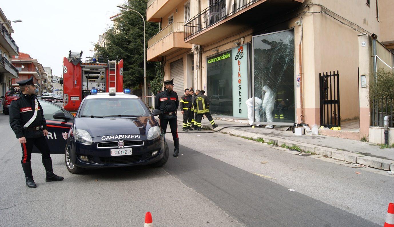 Ragusa – Incendio in un negozio di bici, ustionato il proprietario. Indagini in corso