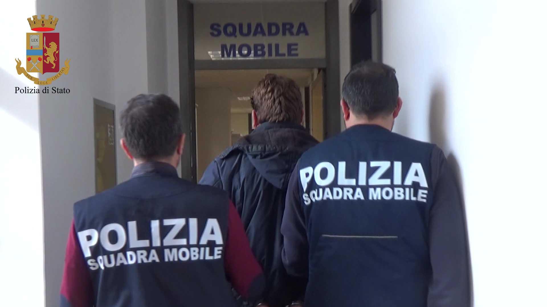 """Scicli, con la """"coca"""" purissima alla fermata del bus: arrestato albanese"""