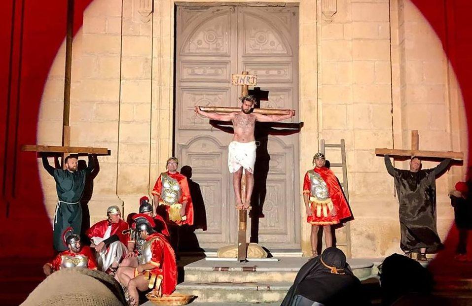 La Via Crucis vivente per le vie di S.Croce: 40 attori e centinaia di fedeli