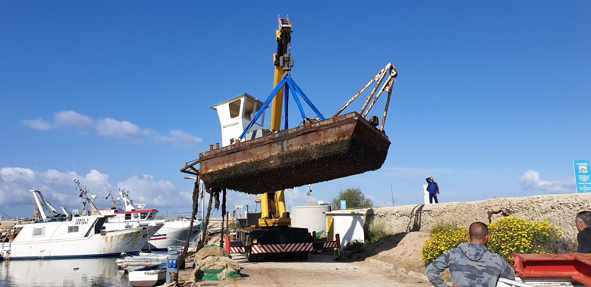 Scoglitti, dopo vent'anni rimosso dal porto un pontone in ferro