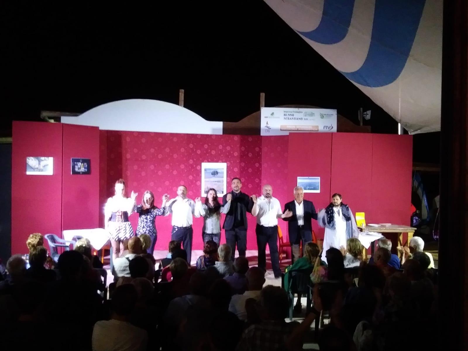 Caucana – Buona la prima del teatro in spiaggia al Circolo velico: sul palco la piece Agata