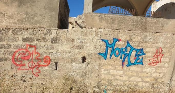 """Imbrattato il perimetro del cimitero: compare sui muri la scritta """"morte"""""""