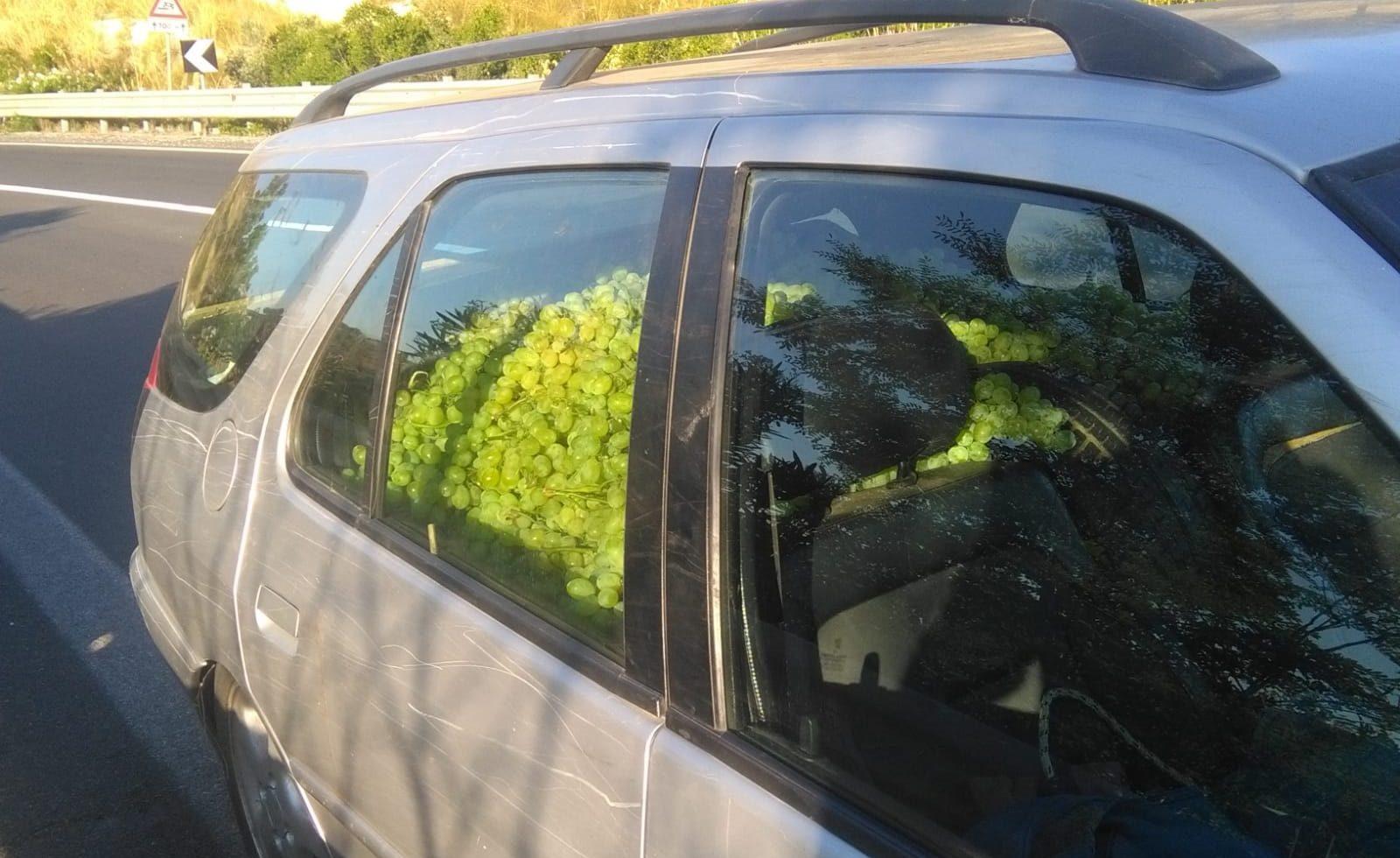 Auto abbandonata con 500 chili d'uva (rubata) sulla Ragusa-Catania
