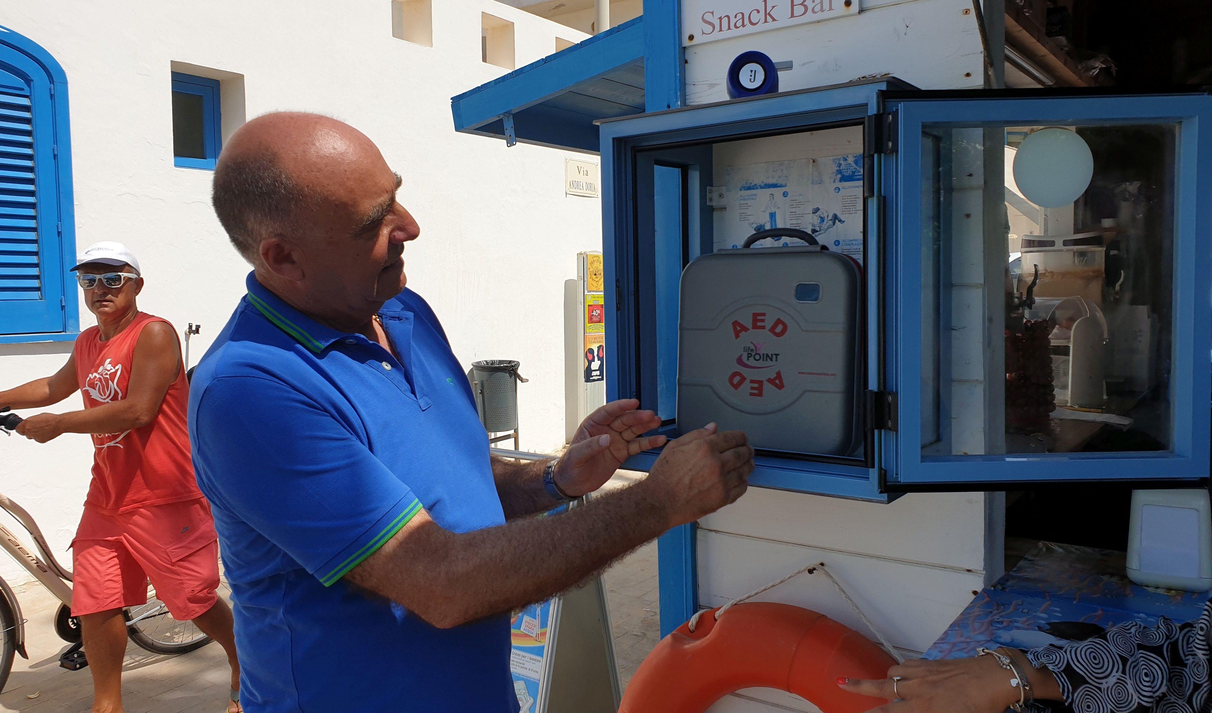 La spiaggia del Palmento più sicura: è tornato il defibrillatore