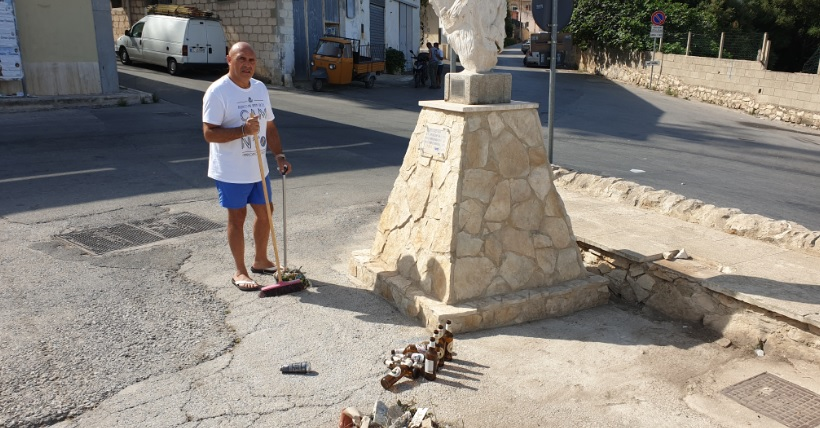 La stele Avis immersa nei rifiuti. Il piazzale della Solidarietà in disarmo
