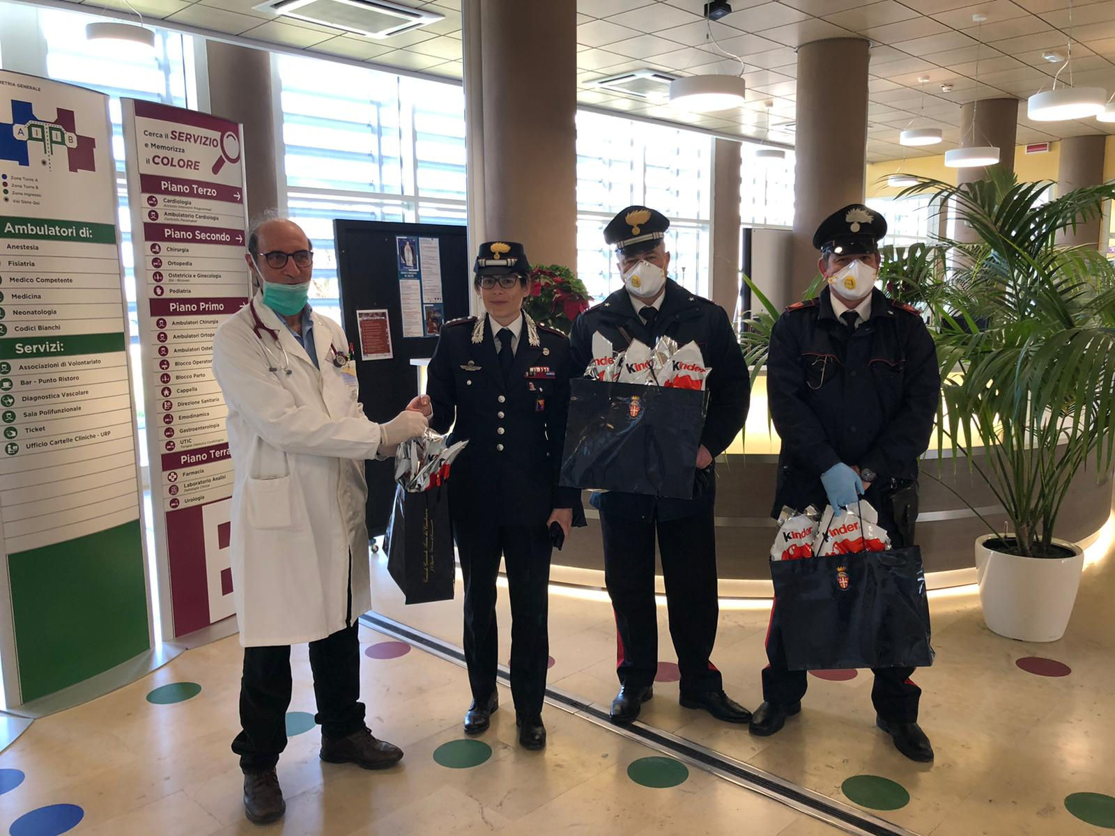 Festività in ospedale, i carabinieri donano uova di Pasqua in Pediatria