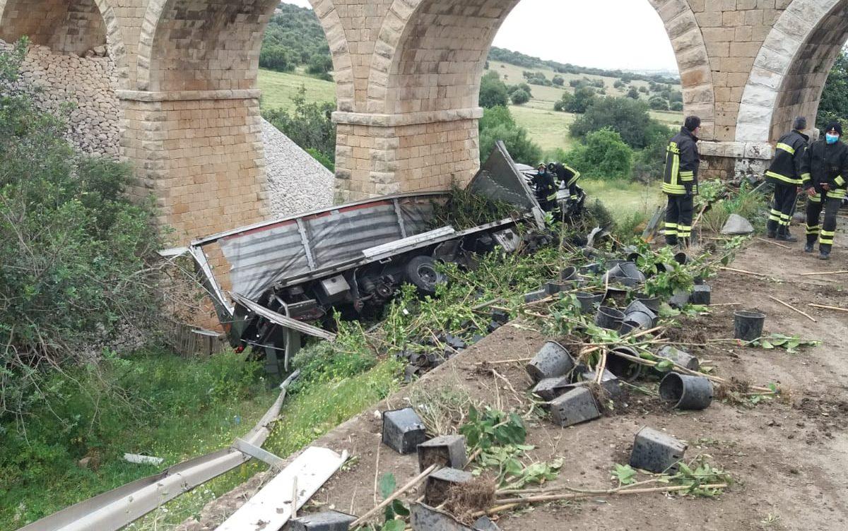 Un camion precipita nella scarpata: incidente in contrada Piombo