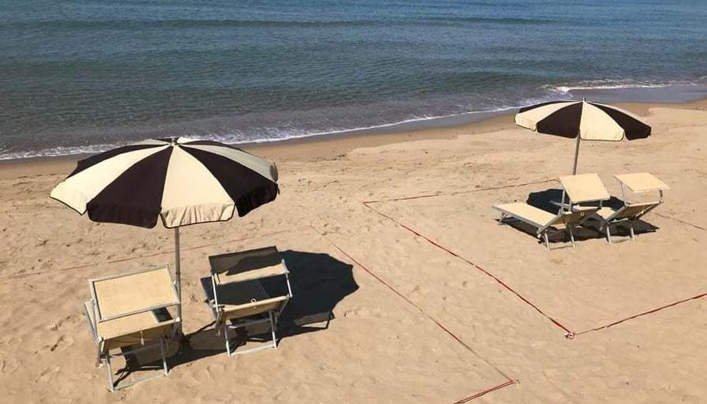 Il calvario delle spiagge libere: per fare il bagno si dovrà prenotare
