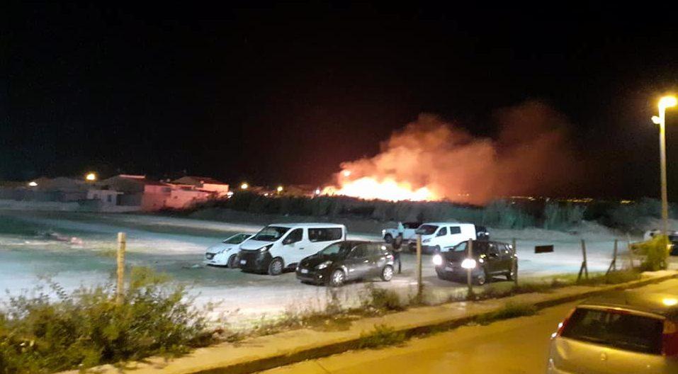 Punta Secca: incendio domato dai pompieri nei pressi del parcheggio