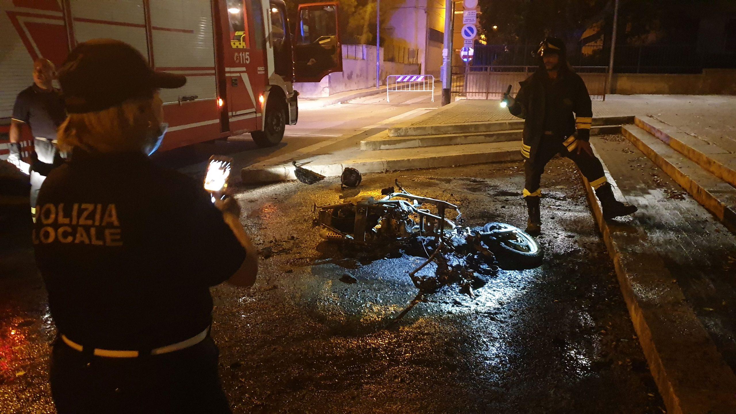 Brucia uno scooter in piazza degli Studi. Indagano i carabinieri