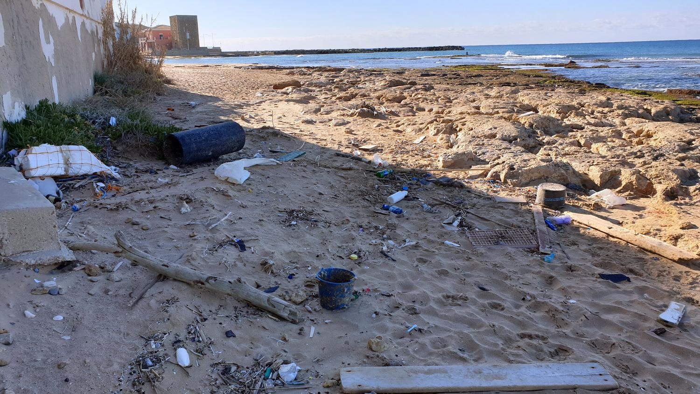 Il mare ci restituisce la monnezza. E la spiaggia diventa una discarica