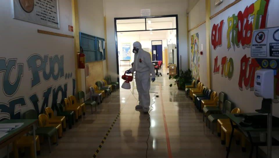 Covid, rapido aumento dei positivi: scuole chiuse per due giorni