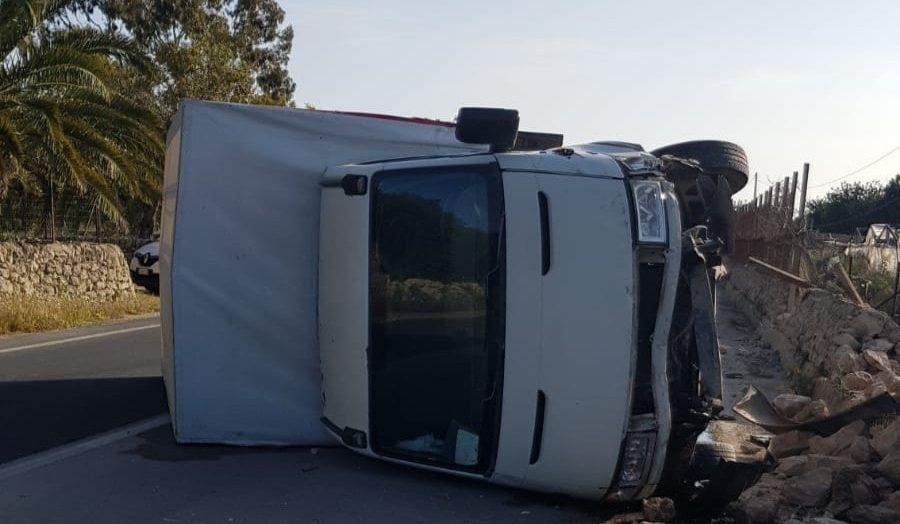 Un grosso furgone si ribalta sulla SC35: ferite lievi per il conducente