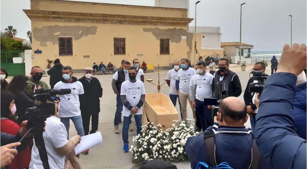 A Punta Secca si celebra la marcia funebre dell'economia VIDEO