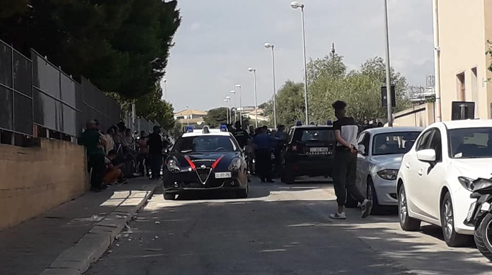 Ressa fuori dal centro vaccinale: i carabinieri riportano la calma